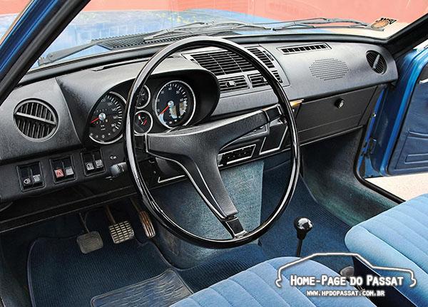 O interior tinha bom acabamento e o painel poderia contar com conta-giros. O câmbio era manual de 4 marchas, sem possibilidade de ser automático.